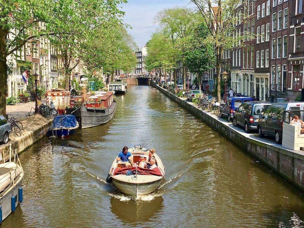 Amsterdam entre bicicletas, canales y tulipanes